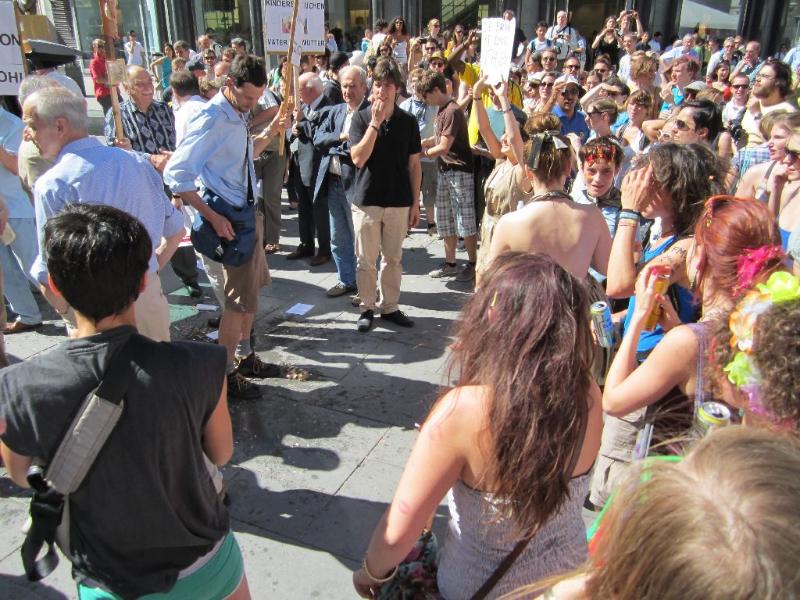 Gegendemo 2012: Die kleine Schar christlicher FundamentalistInnen von GegendemonstrantInnen umringt.